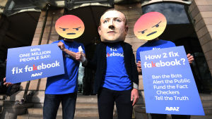 Demonstranter protesterar mot Facebook.