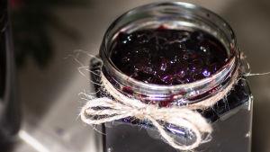 Kråkbärssylt i glasburk