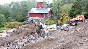 män och grävskopa i terräng