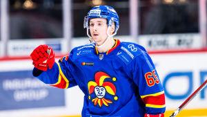 Sakari Manninen firar ett mål