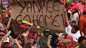 Anhängare till Maduro demonstrerade också på lördagen i huvudstaden Caracas.