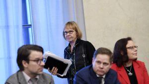 Annika Lapintie inför grundlagsutskottets presskonferens om vårdreformen.