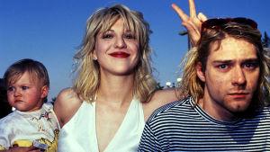 Frances Bean, Courtney love och Kurt Cobain. Courtneyvisar v-tecknet ovanför Kurts huvud.