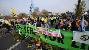 Ett tusental demonstranter blockerade på tisdag morgon Waterloo bridge i stadskärnan