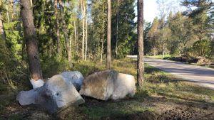 Stora stenblock ligger vid vägen.