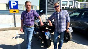 Åke Eriksson till vänster och Santtu Sarlin står vid en motorcykel.