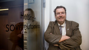 Jaakko Ojanne Helsingin sovittelutoimiston oven vieressä.