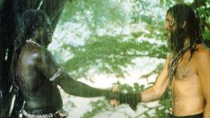 """William Takaku och Pierce Brosnan i en filmatisering av """"Robinson Crusoe"""" från år 1997."""