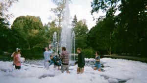 Filmteamet står i en fontän full med skum.