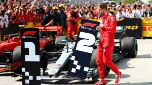Sebastian Vettel med placeringsskylten.