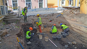 Arkeologer som gräver.