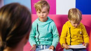 Kuvassa Felix ja Max Österberg, jotka halusivat ihan ensimmäisenä vierailla Somepointilla ja kokeilla, miltä tuntuu juontaa televisio-ohjelmaa.