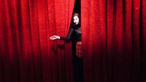 David Lynch -fani Iida Sofia Hirvonen kurkistaa punaisen verhon takaa. Festivaalipuhetta-kuvauksista Teeman elokuvafestivaalille keväällä 2018.