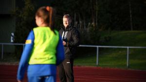 Mikael Kock tittar på när Norrvalla FF:s fotbollsflickor tränar.