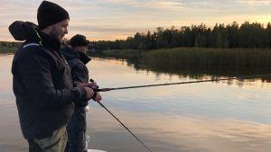Jakob Karf och Jimmy Nyman på fisketur i Gerby.