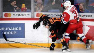Marko Anttila tappar balansen efter en tackling vid sargen
