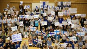 Kotkalaisen Aittakorven koulun oppilaat kannustavat Teemu Pukkia ja Huuhkajia