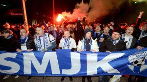 Landslagsanhängare marscherar mot Tölö fotbollsstadion.