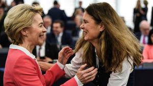 Ursula von der Leyen gratuleras av en tysk Europaparlamentariker