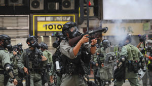 Polisen avfyrar tårgasgranater mot demonstranter i Hongkong på söndagen.