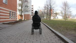 Patrik Saari i sin rullstol fotad bakifrån.