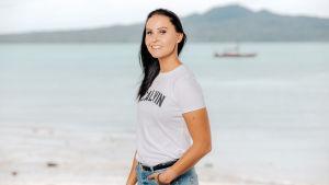Au pairit Uudessa-Seelannissa -sarjan Jane seisoo meren rannalla.