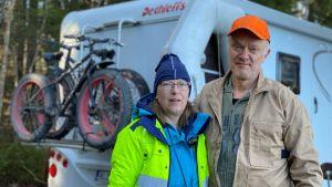 Ari ja Tiina Jauhiainen harrastavat geokätköilyä matkailuautolla.