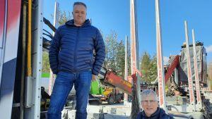Staffan Molander och Jarl Sundqvist poserar vid en virkesbil