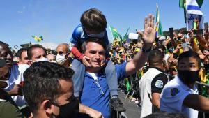 Brasiliens president Jair Bolsonaro med anhängare i Brasilia 31.5.2020. Bolsonaro