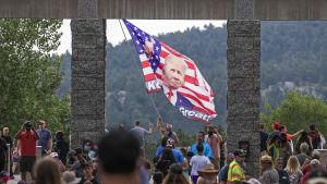 Trump-anhängare samlas vid ingången till Mount Rushmore inför presidentens tal.