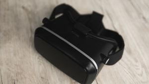 Ett VR-headsett på ett bord.