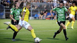 Gentjana Rochi med bollen mellan TiPS-spelarna Ronja Isokääntä och Joanna Tynnilä.