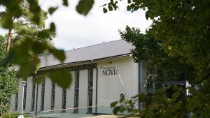en somrig bild på yrkeshögskolan Novia genom björklöv.