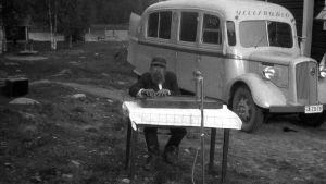 En man spelar Rundradions paussignal på kantele, 1930