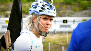 Mari Eder med koncentrerad min lyssnar på tränarens kommentarer