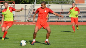 Anthony Olusanya med bollen