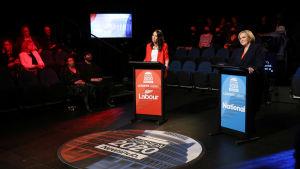 Jacinda Ardern och Judith Collins i valdebatt.