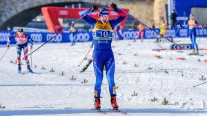 Nadine Fähndrich jublar vid mållinjen.