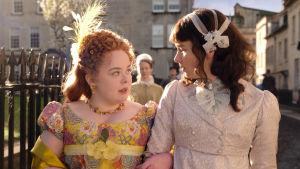 Nicola Coughlan i rollen som Penelope Featherington och Claudia Jessie som Eloise Bridgerton.
