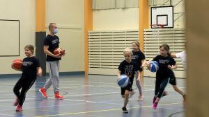 6-9-åringar spelar basket i Savonlinna.