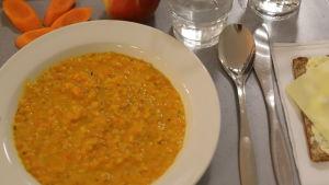 En tallrik med soppa.