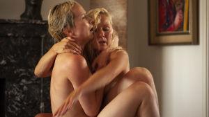 Två nakna kvinnliga dansare omfamnar varandra.