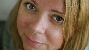 Närbild på filmregissören Alexandra-Therese Keining