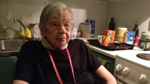 Det är trångt i köket för 88-åriga Ulla Ekman, som sitter i rullstol.