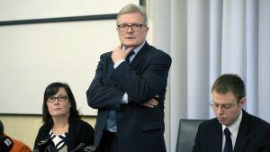 Grundlagsutskottets ordförande Johannes Koskinen vid presstillfället i riksdagen den 19 februari.