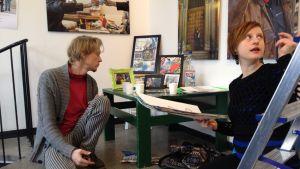 Arto Timonen och Nina Albrecht förbereder utställningen KOTI & KATU