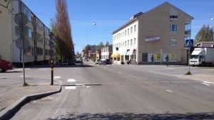 Avföringen rann ut på Brändövägen mellan S-market och Brändö torg.