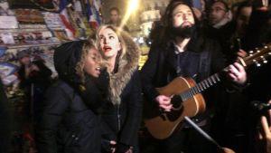 Madonna hedrade terroroffren genom att ett överraskningsuppträdande på Place de la Republique i Paris den 10 december 2015.