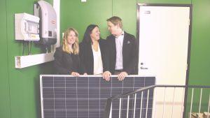 Mikaela Holmström och Frank Hoverfelt från Ekenäs energi och Anu Areva från Areva Solar står vid en solpanel.