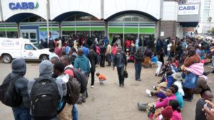 Kö utanför en bank i Zimbabwe